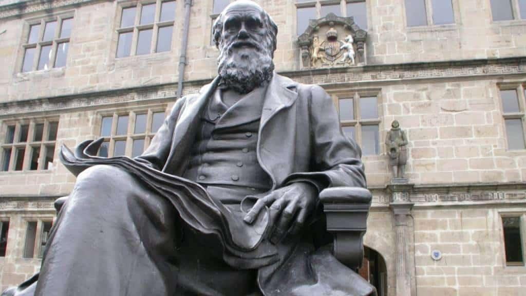 Escultura de Charles Darwin en Shrewsbury Library